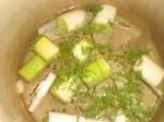 Kom porrer, dild, ingefær, balsamicoeddike og salt i 1 l vand.