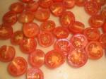 Skær tomaterne i halve.
