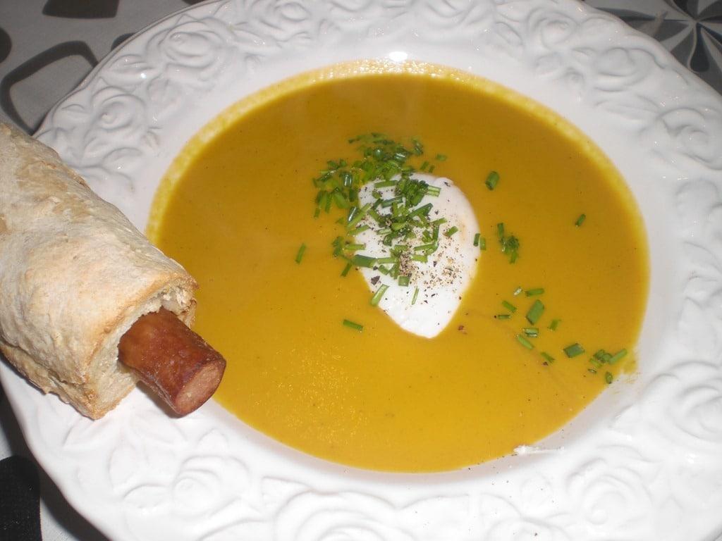 Gulerodssuppe med flødeost, pocherede æg og pølsebrød