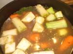 Lad det hele koge, til grøntsagerne er møre.