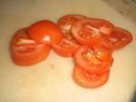 Skær tomaterne i tykke skiver.