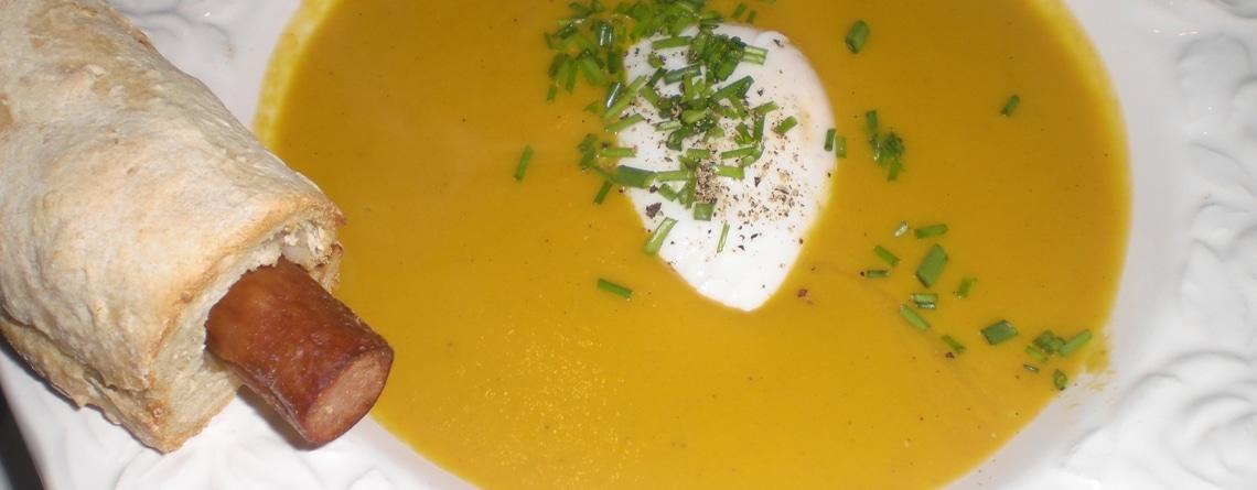 Gulerodssuppe med flødeost, pocherede æg og pølsehorn