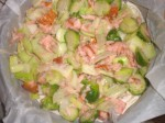 Kom laks og grøntsager i en springform.