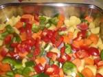 Læg grøntsagerne i et ovnfast fad.