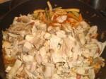 Vend de marinerede kartofler og kødet i gryden.