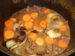 Tilsæt løg og gulerødder.