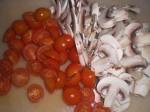 Skær tomaterne i halve og champignonerne i skiver.