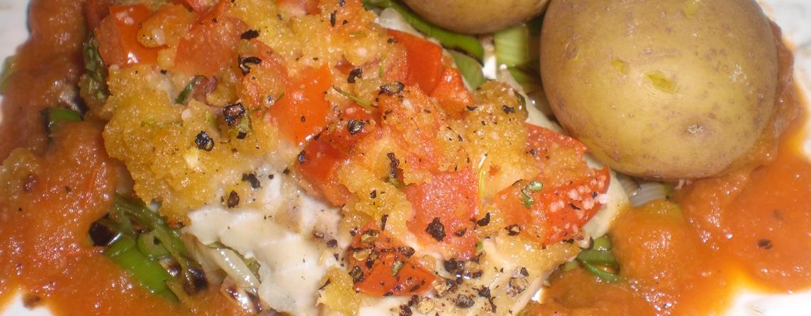 Mørksej med brødkrummer på toppen og tomatsauce i bunden