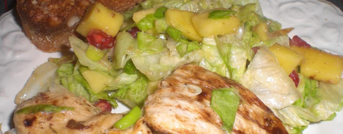 Mango-granatæblesalat med stegt kylling