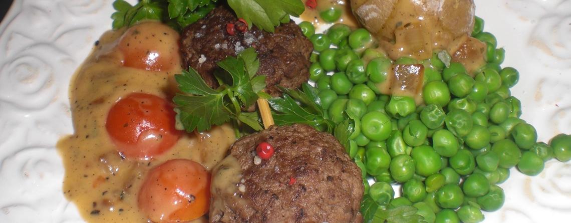 Peberbøf med tomatbearnaise og saltkartofler