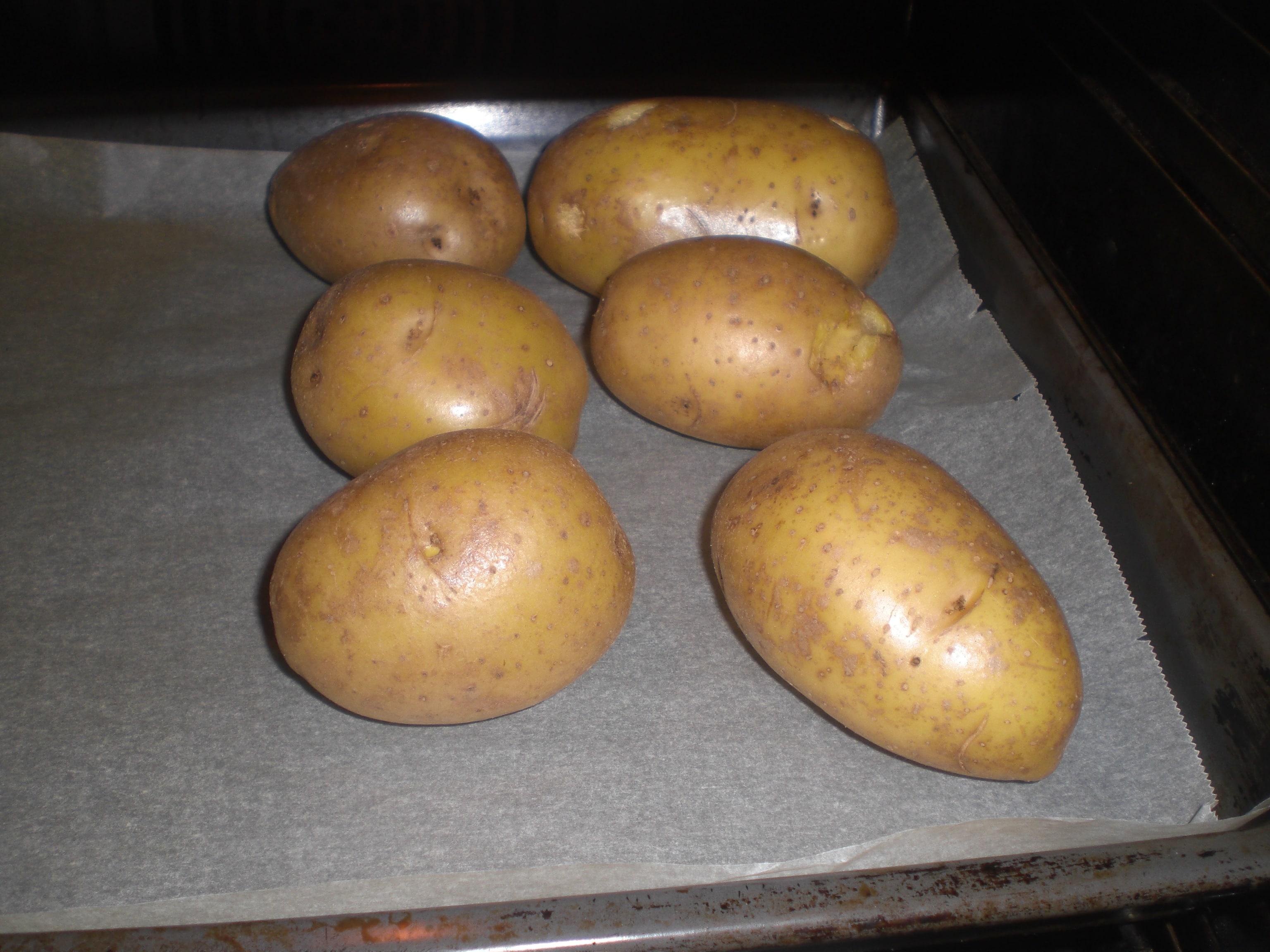 Læg kartoflerne ved siden af bradepanden på bagepladen.