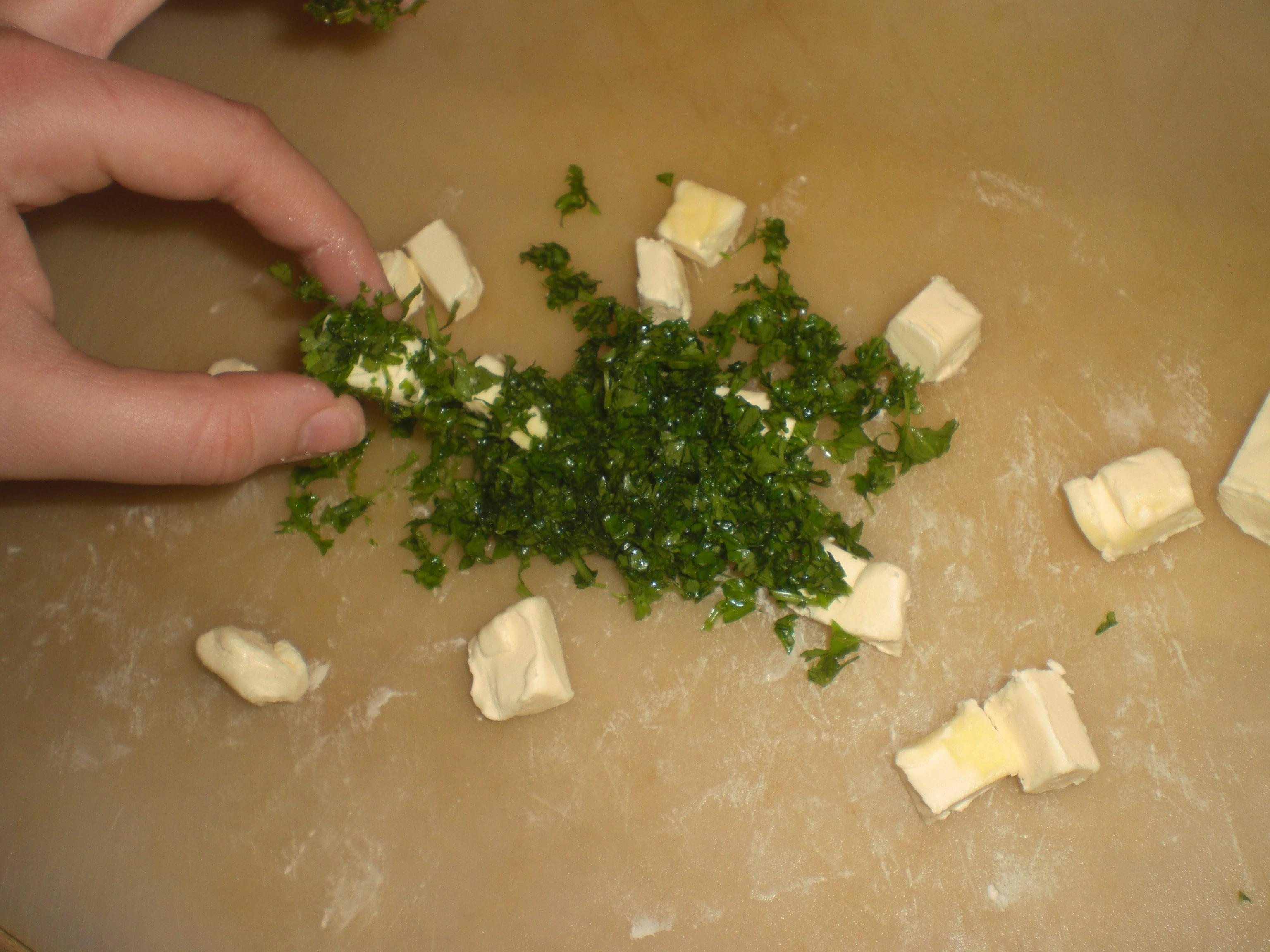 Rul margarineterningerne i hakket persille.