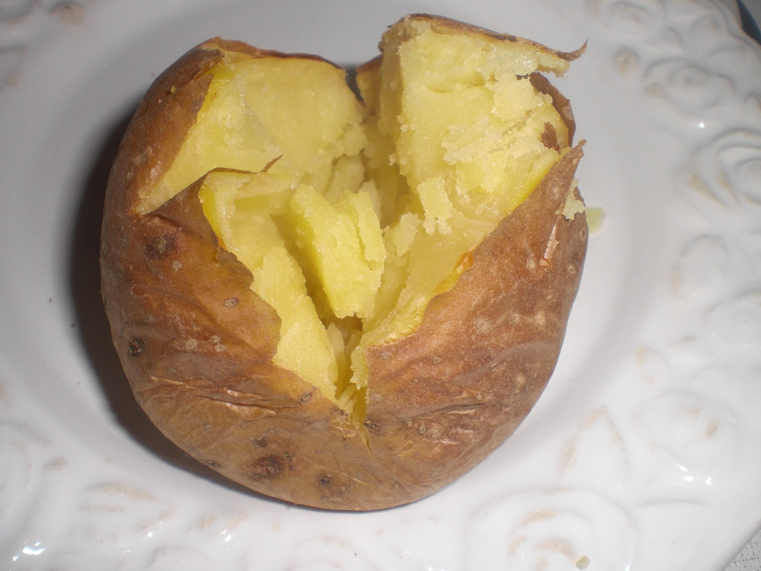 Giv kartoflerne et snit, og klem på hver side af den, så den åbner sig.