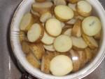 Skær de kogte, kolde kartofler i tykke skiver.