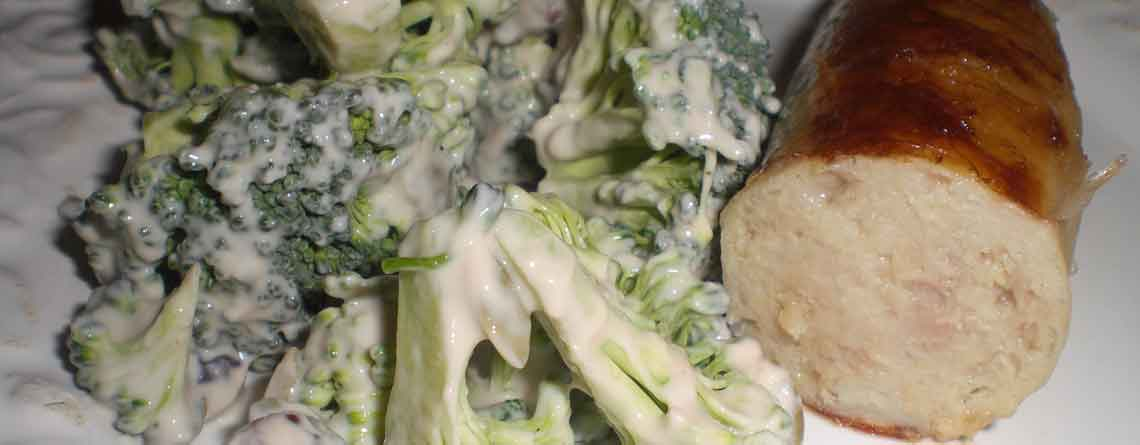Broccolisalat og ovnstegt medister