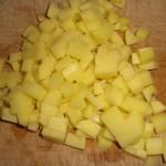 Skær kartoflerne i små tern.