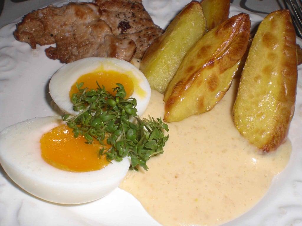 Skidne æg med mørbrad og grovfrites
