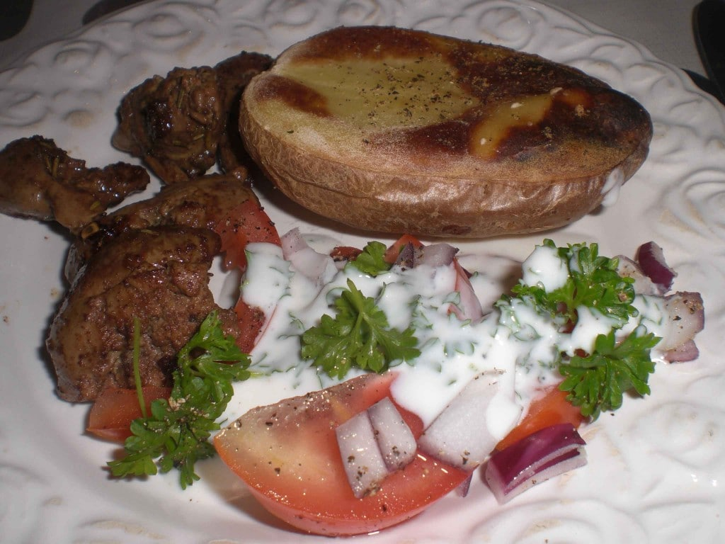 Stegt kyllingelever med tomatsalat og bagt kartoffel