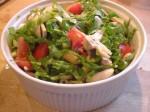 Bland salat, tomater og champignoner i marinaden med bønnerne.