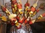 Sæt frugtstykkerne på pinde, og pynt med smeltet chokoloade