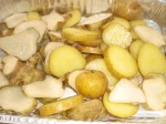 Hæld kartofler og jordskokker over i en grillbakke.