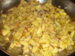 Svits æbler og skalotteløg i en kasserolle.