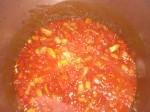 Tilsæt hvidløg og tomater.