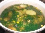 Lad majs og rucolasalat koge med, til kartoflerne er møre.
