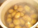 Kom kartoflerne i kogende vand.