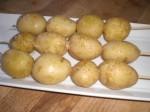 Dryp olie på kartoflerne, og drys med salt.