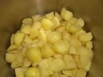 Skær kartofler i store stykker.