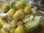 Læg kartofler, spidskål, margarine og krydderier i stegeposen.