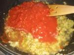 Tilsæt tomatpuré, flåede tomater og vand.