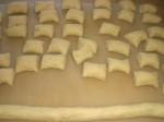 Rul dejen til pølser, og skær dem i 2-3 cm lange stykker.