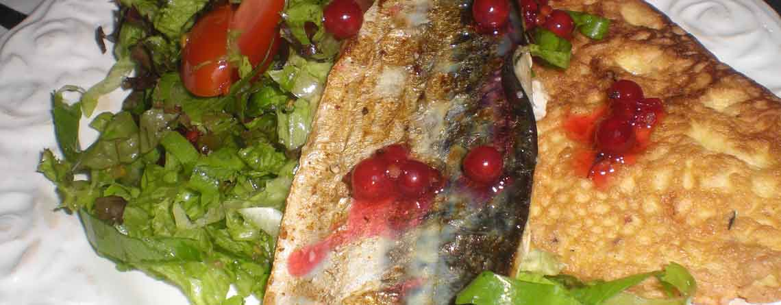 Grillet makrel med omelet og rysteribs