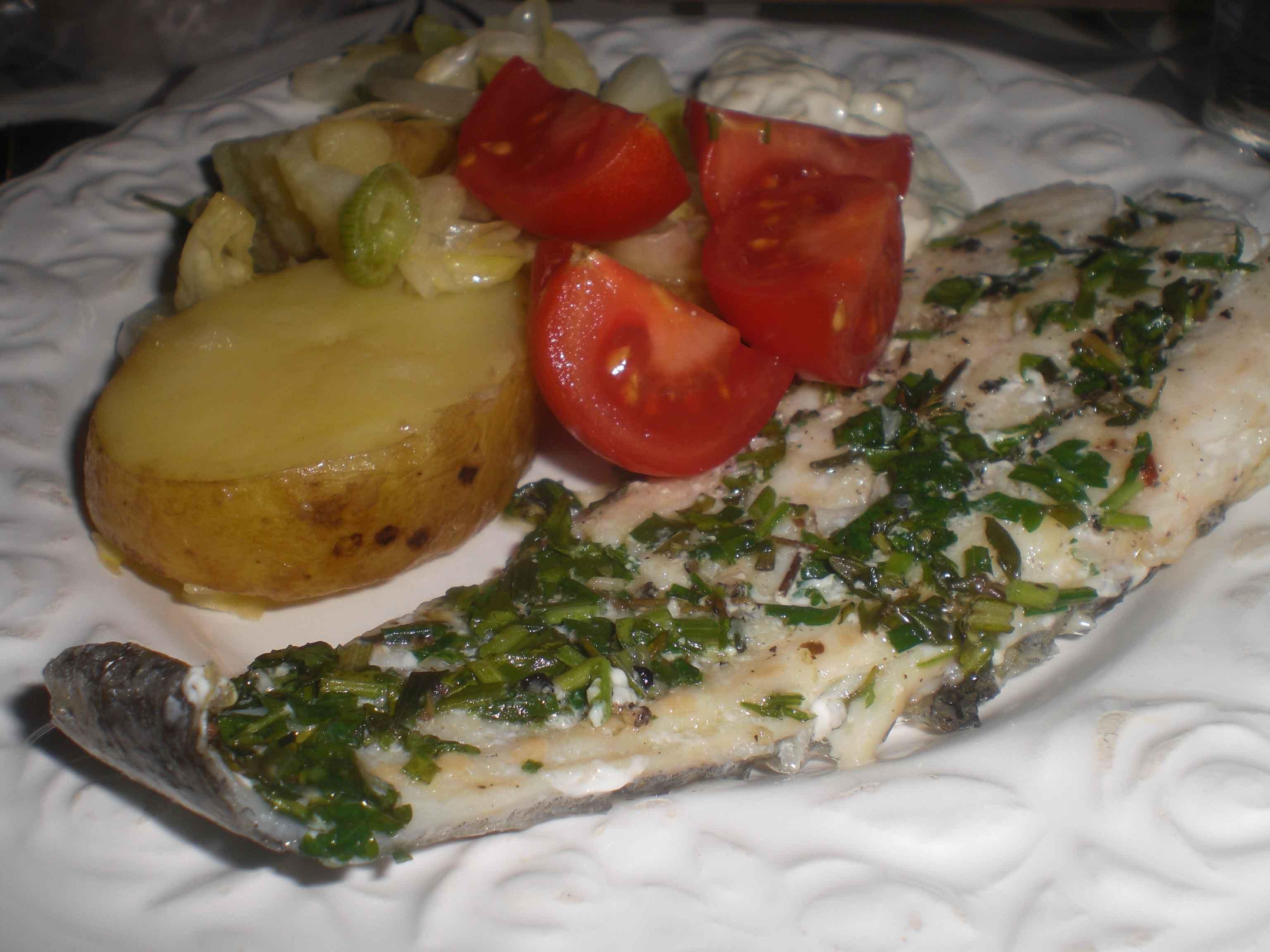 Grillet kulmule med kartoffelsalat og grydehvedebrød med crostini