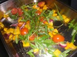 Vend grøntsagerne med rucolasalat, basilikum og balsamicoeddike.