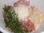 Bland farsen med parmesan, havregryn, persille og æg.