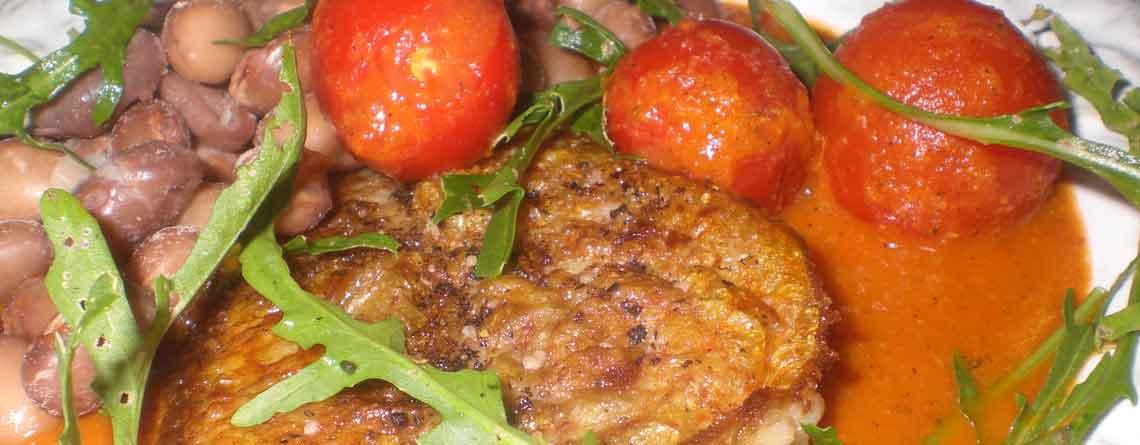 Rødfisk med tomatsauce og kogte pintobønner