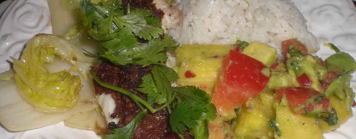 Rødspættefilet med krydderpasta, salsa og ris kogt i kokosmælk