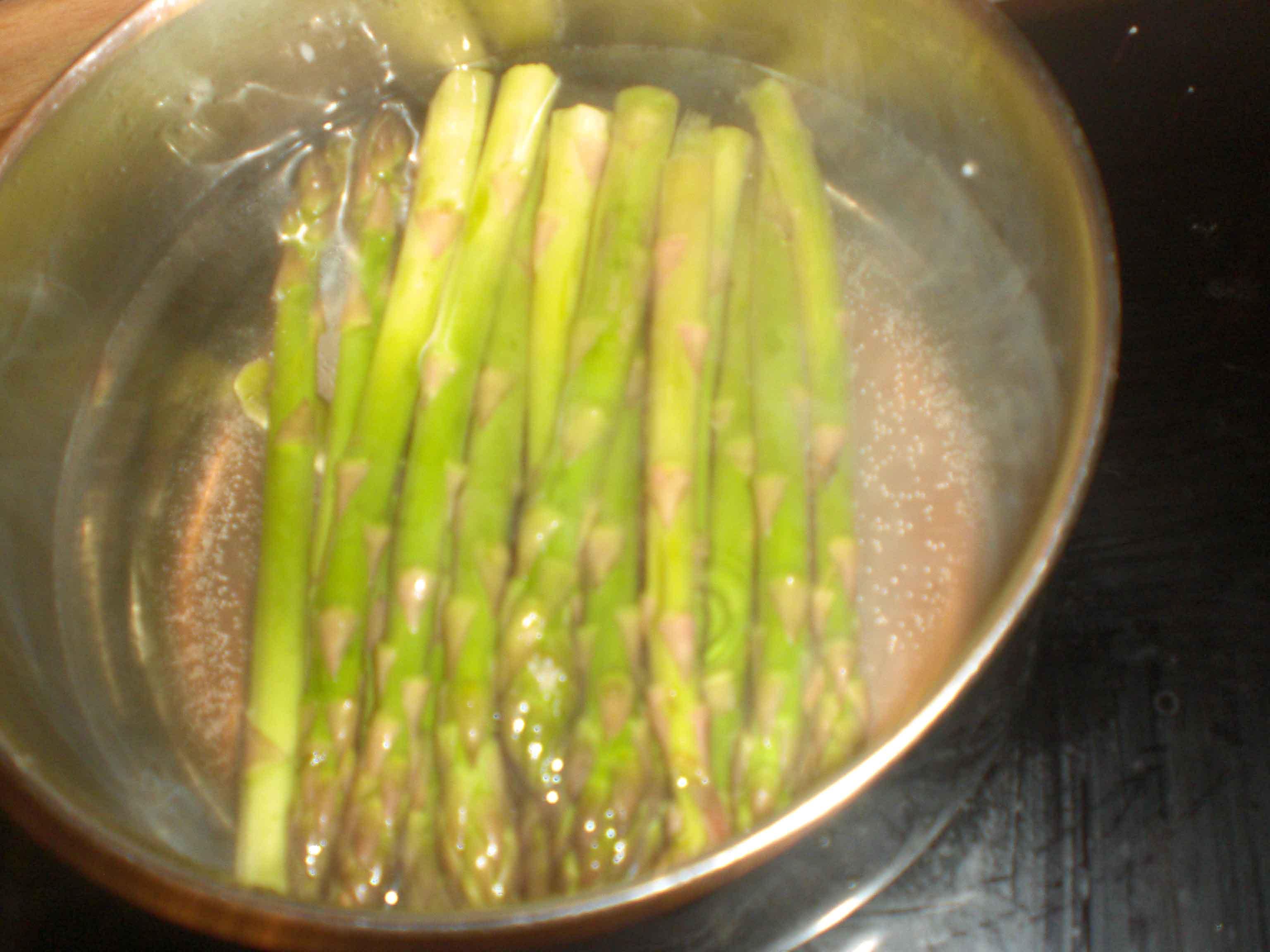 Kog de grønne aspargeser i et par minutter.