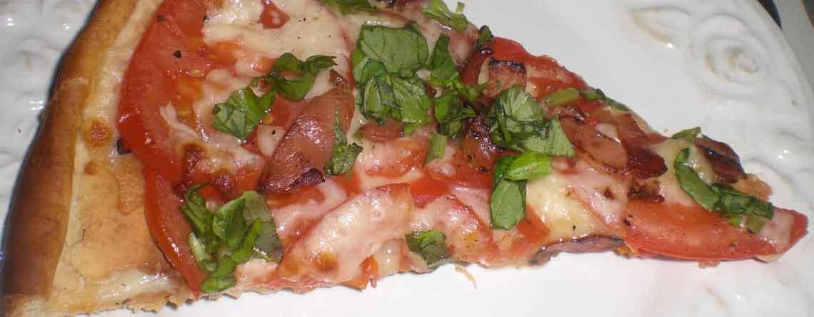 Pizza med tomat, basilikum og mozzarella