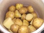 Servér med kogte kartofler.