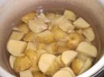 Kog kartoflerne møre i letsaltet vand.