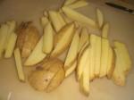 Skær kartoflerne i stave.