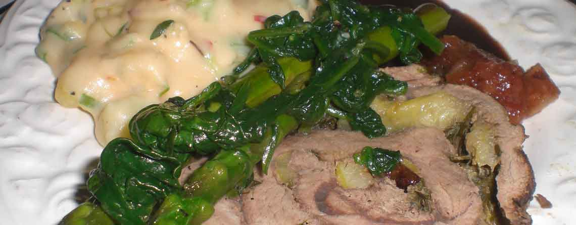 Værtens kalverullesteg med chilikartofler og sprødstegte grøntsager