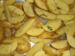 Skær kartoflerne i både,og drys med tørrede krydderurter.