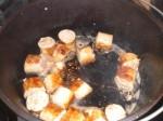 Kom pølse og olie i en gryde.
