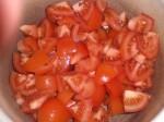 Skær tomaterne i mindre stykker.