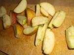 Skær æblerne i både.